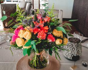 Centre de table champêtreen fleurs fraiches colorées - Fleuriste Mariage 974